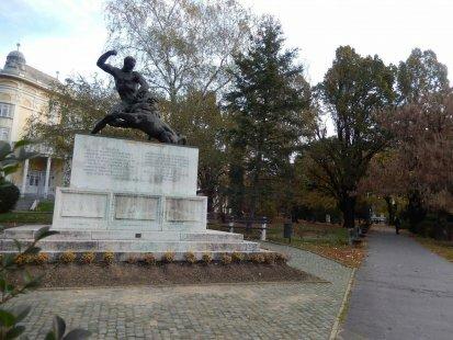 A 44-es gyalogezred emlékműve Kaposváron (Jálics Ernő alkotása)